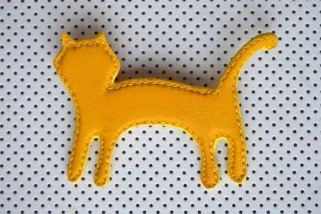 Broche chat en cuir de chèvre, doublée cuir velours