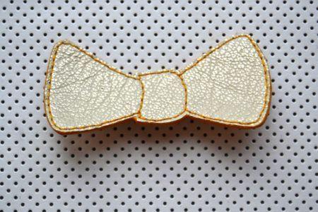 Broche noeud papillon en cuir de chèvre, doublée cuir velours